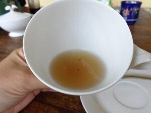 Tees machen oft Flocken und Belag in der Tasse